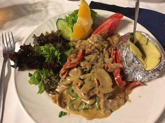 """Symposium Restaurant: Кажется, это называлось """"Симпозиум"""" - мясо в очень вкусном соусе с грибами."""