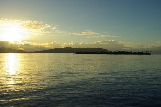 Raja Ampat Islands: Détroit de Dampier au lever du soleil. l'île d'Arborek au premier plan.