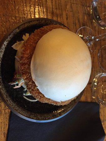 Siseng: Bao burger kaï (steak de poulet mariné et pané, sauce basilic, lait de Coco, poivrons rouges confits, coleslaw maison, basilic frais)