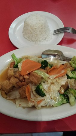 Crestwood, MO: Tofu with cabbage,  carrots,  broccoli and peanuts