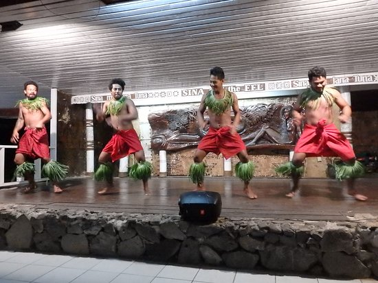 Manase, Samoa: Fantastic feast night followed by dancing. This is a must do