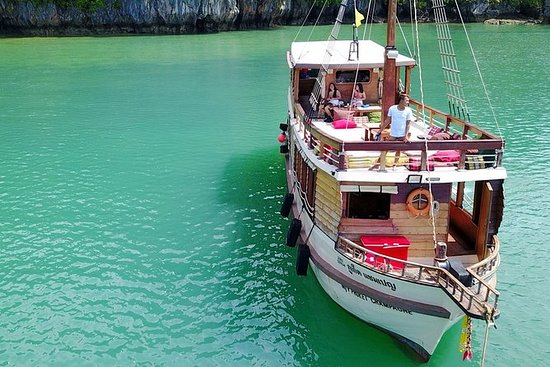 Recorrido en barco relajante - Lejos...