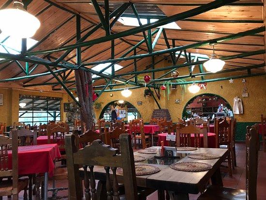 Choconta, Colombia: El restaurante con atmosfera campestre y empezando con la decoración de navidad.