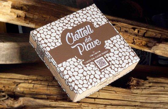 Maserada sul Piave, Italië: Scatola media Ciottoli del Piave in cioccolato, disponibile in negozio e online al sito www.ciottolidelpiave.it