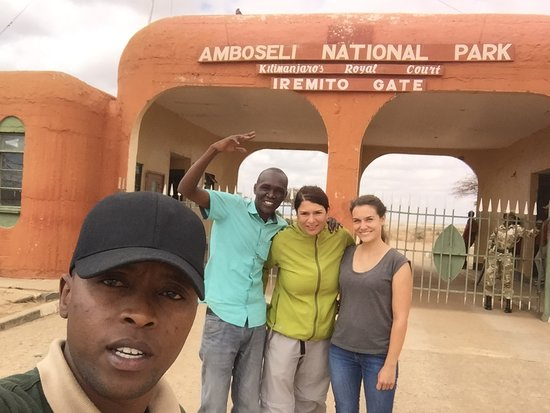 Oloitokitok, Кения: with my clients at amboseli national park  gate