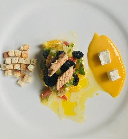 Ensalada fresca de melba y con queso fresco y salsa de mango.