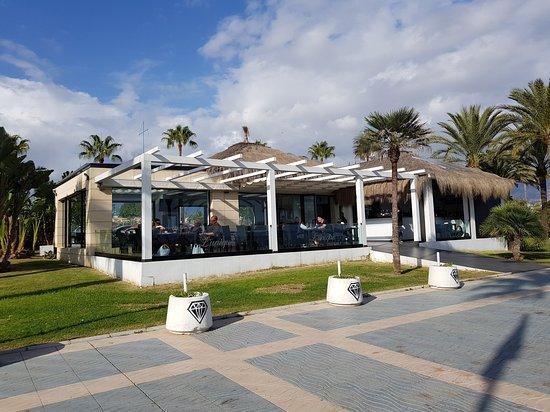 San Pedro de Alcantára, Espanha: Bars and restaurants a-plenty along the promenade