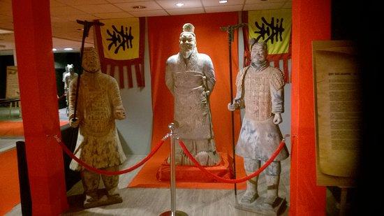 Het Terracottaleger van Keizer Qin: De keizer Qin met twee wachters