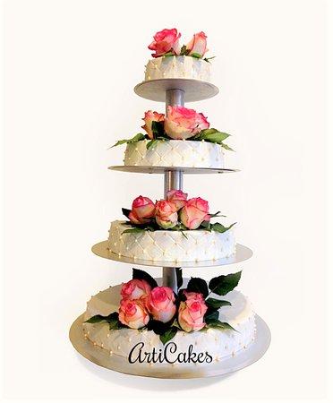 etagière trouwtaart met marsepein en echte rozen