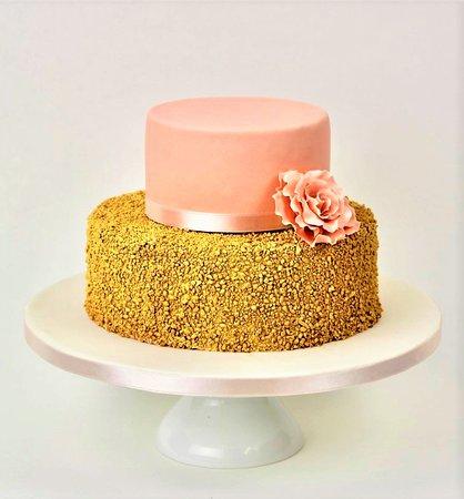 verjaardagstaart met gouden nogatine hazelnootjes en een suikerroos