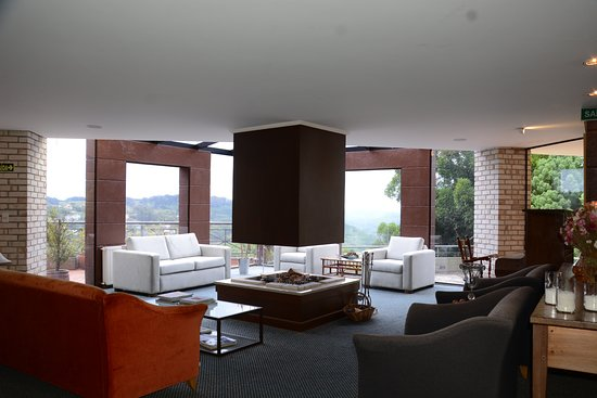 Gramado, RS: Nossa sala de estar com vista para o vale, vai dizer que não é encantador ?