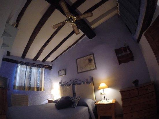 Margalef, Spain: Habitación exterior para 2 personas con baño privado, con calefacción y TV.