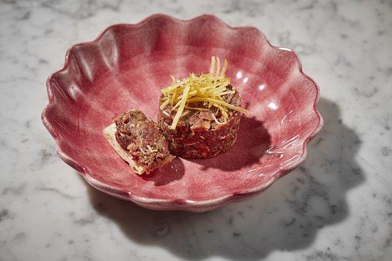 Equus Restaurant: Steak tartar elaborado en mesa con tostas y patata