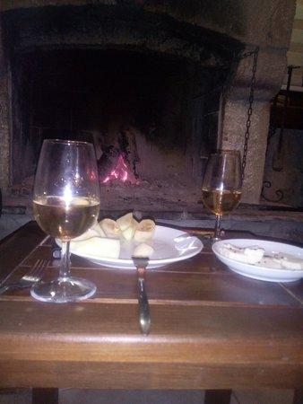 Bozcaada, Turquía: Apollon otel şömine başında şarap keyfi.