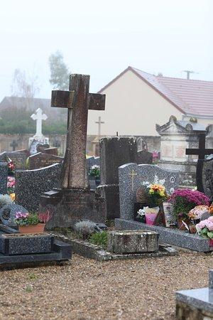 Farges les chalon - Vue du cimetière à ce jour en 2018 - Il y a des vieilles tombes, mais la mairie va t-elle supprimer ce patrimoine afin de revendre les pierres?  Réponse plus tard!