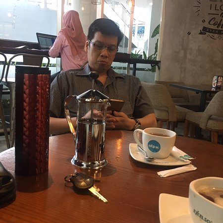 East Java, Indonésia: WTC surabaya Handphone visit at here looking Excelso Coffee. Yummy Drink.   Promo Line buy 1 get 1 free only Baverages drink.  Hot Capucinno and Hot Tea. No sugar.   WiFi ok  Parking ok.