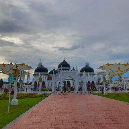 Красивая мечеть в центре