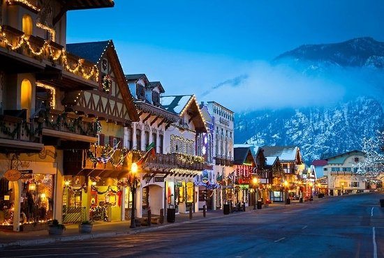 Leavenworth, Etat de Washington : They cleared out the cars for a nighttime stroll, what an amazing beautiful town.