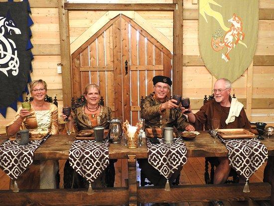 Three Hills, Kanada: Fabulous food and fun at Good Knights' Medieval Feasts.