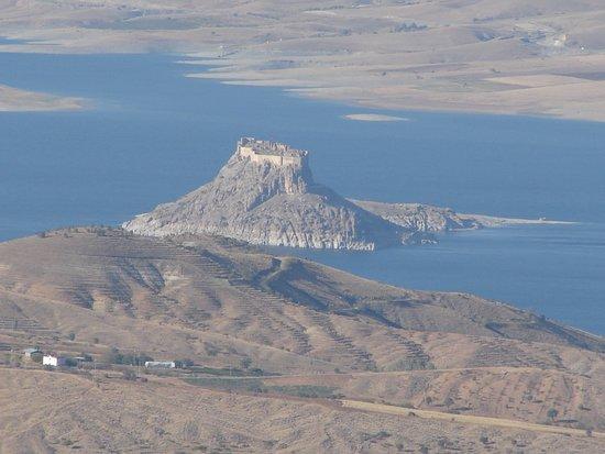 pertek kelesi ; Ankuzu Baba Türbesinin bulunduğu 1500 m. yükseklikteki tepeden çektim.
