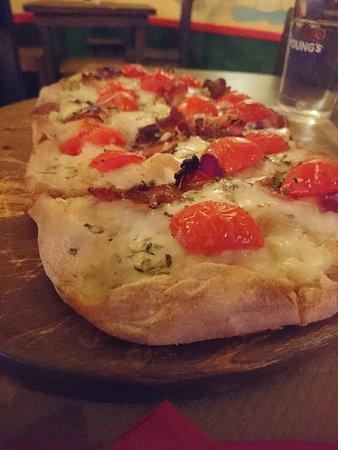 Ceglie Messapico, Włochy: Pinsa bacon pomodorini e fiordilatte