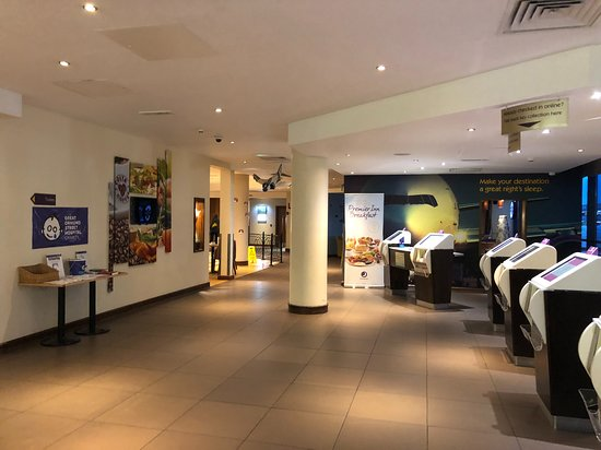 Premier Inn London Gatwick Airport (North Terminal) Hotel: Hotel lobby and entrance to Costa and Restaurant