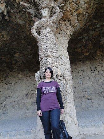 Un corredor muy peculiar con formas humanas en las columnas que a su vez parecen árboles.