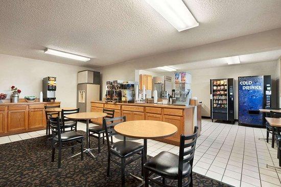 Super 8 by Wyndham Lincoln North: Restaurant