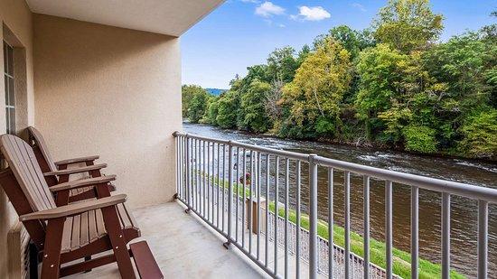 Best Western Plus River Escape Inn & Suites Sylva Cherokee Area: Riverfront View