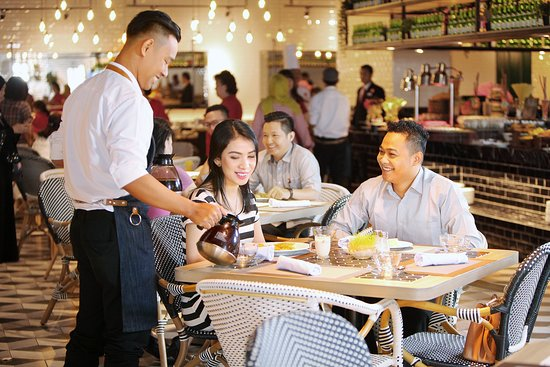 Makan Place on 3rd level offers informal, wide selections for breakfast, lunch and dinner, from local dishes to international fares. Interiors are designed to create a vibrant and friendly environment for all guests.