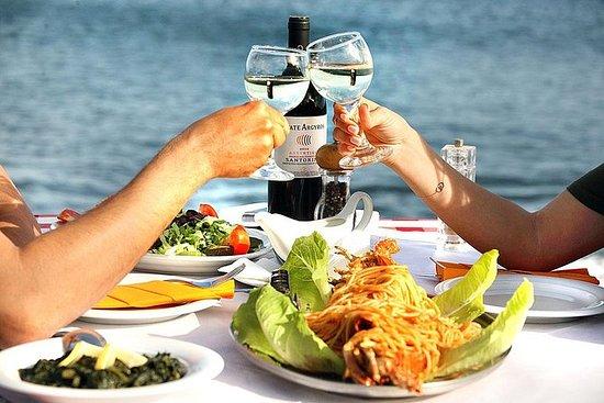 在海滨餐厅享用希腊餐的圣托里尼私人葡萄酒之旅