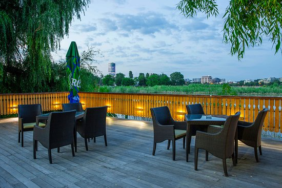 Club Floreasca: During the summer you can have dinner on the lake Floreasca, with a spectacular view of the North Bucharest skyline