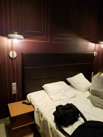 Corendon City Hotel Amsterdam: Small pillows, high lights, no desk
