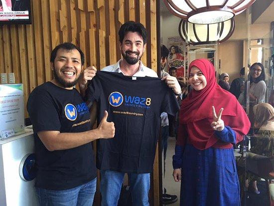 Медан, Индонезия: Menerima kunjungan Jason Tedjasukmana ( Head Of Communication Google Indonesia ) Di workshop WAZ8 Laundry di Medan