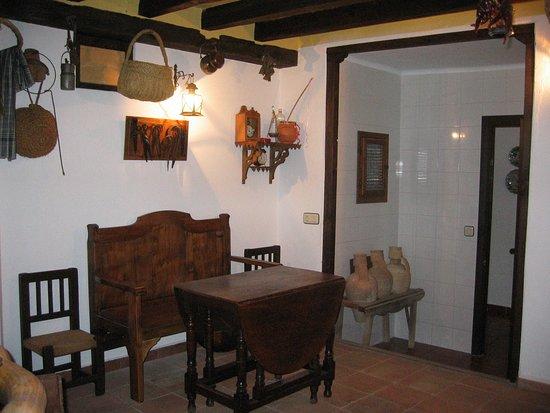 En la cocinilla de la Casa de la Torre es posible tomar un aperitivo con un buen vino de La Mancha.