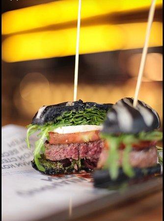 Вы сможете заказать котлету нужной степени прожарки. В бургерах используется только премиальное мраморное мясо.