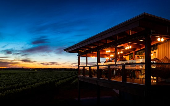 Nuriootpa, Australië: A great place to enjoy one of Atze's premium wines and watch the sun set over the 100 year old vineyard.