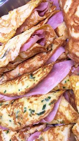 Omelette con cotto e formaggio