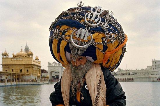 Punjab Province, Pakistan: Этот 60-летний сикх «прихорашивается» около шести часов, а вес его тюрбана составляет примерно 50 кг. В зависимости от региона накручивают своим способом, но в основном как сикху самому захочется — четких правил нет. Считается, что цвет сикхского тюрбана имеет символическое значение. Так, розовый надевается на свадьбу, белый — траурный, желтый цвет уместен во время праздника Байсакхи, черный долгое время носили члены воинственного ордена Акали, цвет хаки носят служащие индийской армии.