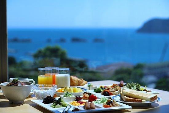 朝食バイキングは海が見える窓際席でお召し上がりください(画像はイメージです)