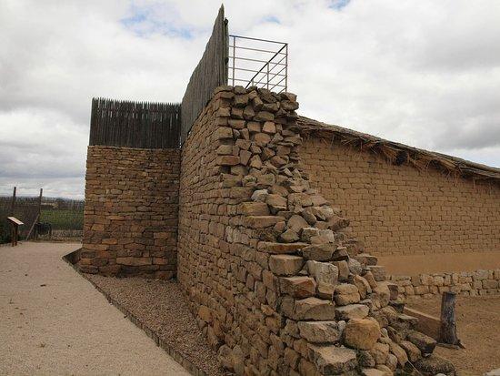 Navarra, Spain: Detalle muralla poblado