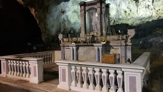 L'altare è l'unico punto ben illuminato.