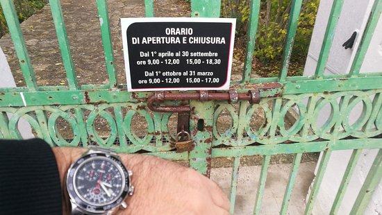 Cancello chiuso in orario di apertura.