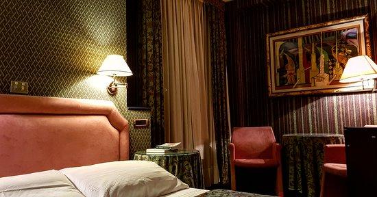 Bagno di Romagna, Italy: L'atmosfera serale di una delle nostre storiche camere standard.  Tappezzerie e moquette di pura lana inglese 100%.  Un tocco di stile pur essendo le camere non ristrutturate di recente.