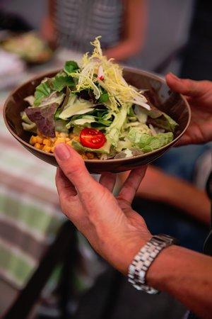 Salate sind bei uns immer sehr gefragt, besonders mit unserer hausgemachten Salatsauce.