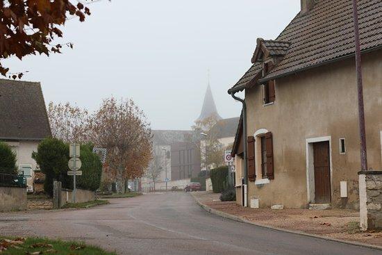 Farges les Chalon, France: Promenade dans le village de Farges, l'église au fond et la mairie à droite