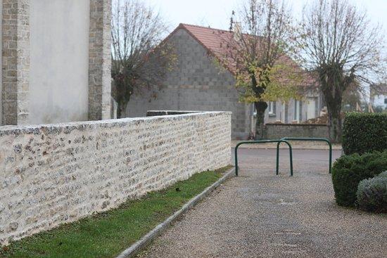 Farges les Chalon, France: Le village de Farges possède une piste cyclable , celle-ci va vers le stade de foot