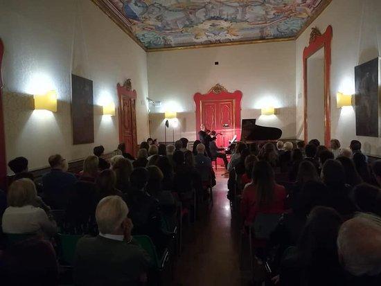 Musicista visto da lontano (Foto 2) - Palazzo Pantaleo