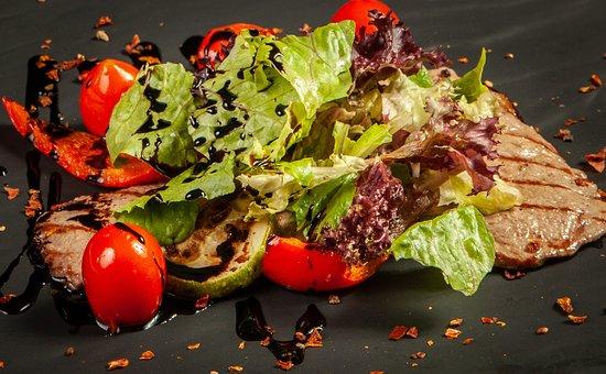 Гриль салат из отбивной кабанчика с овощами
