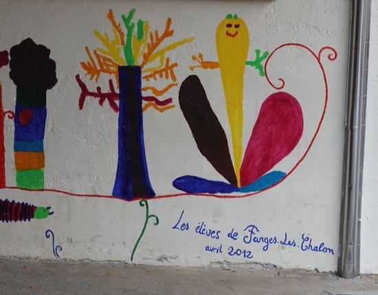 L'école de Farges les chalon, il y a 72  élèves en 2018 , maternelle jusqu'au CM2 La fresque des élèves de Farges les chalon date d'avril 2012
